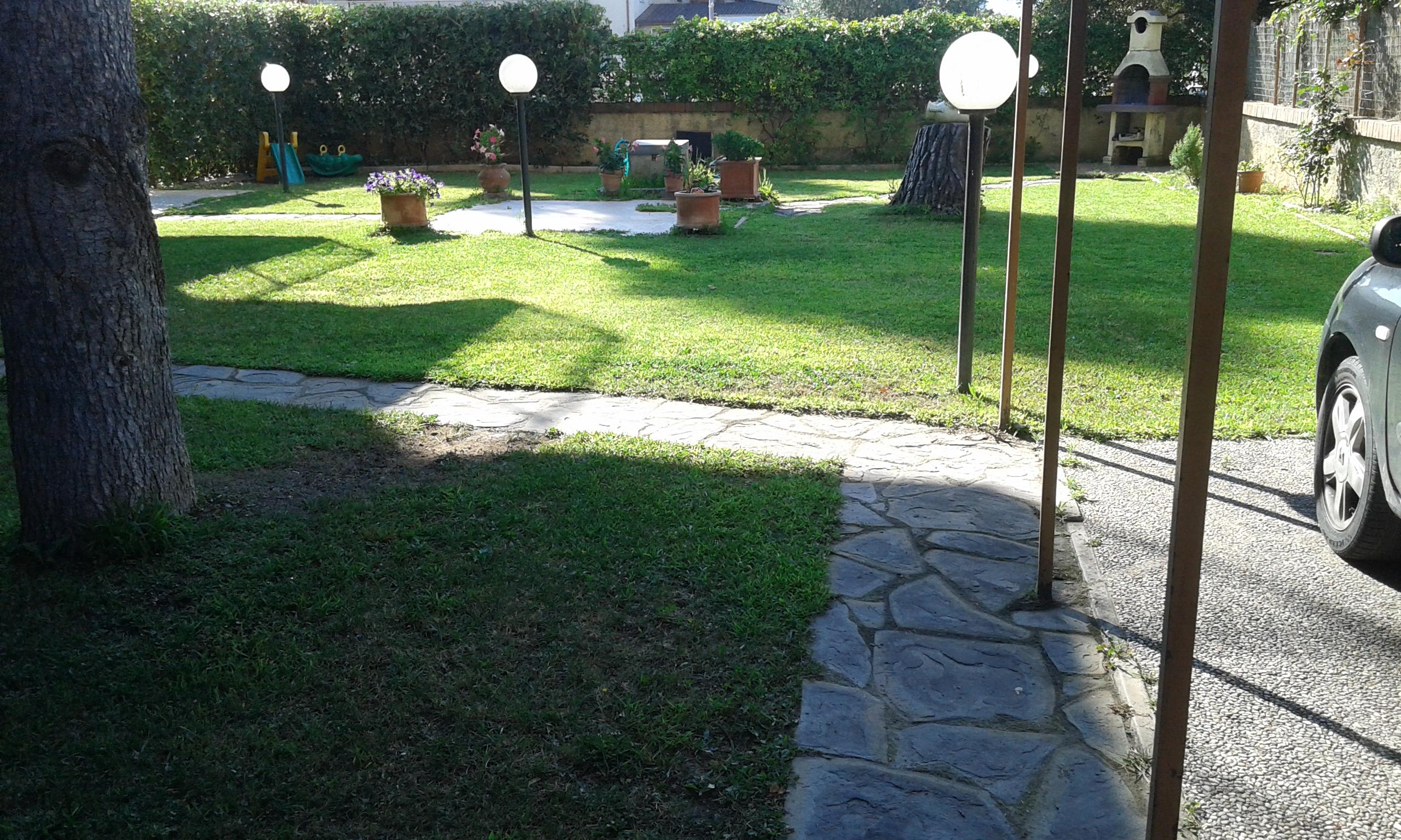 Follonica , appartamento con giardino